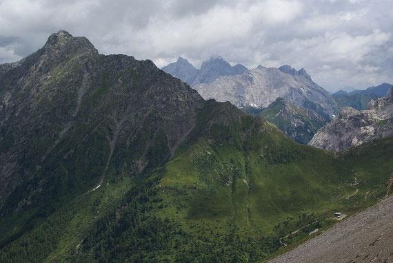 Der Blick zurück: Raudenspitze links, Hohe Warte Mitte und Hochweißsteinhaus (rechts im Vordergrund)