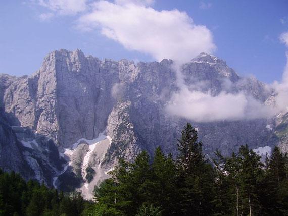 Blick von der Hütte in die mächtige Nordwand des Mangart