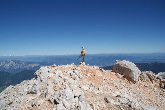 Am Gipfel angekommen; im Hintergrund links der Dobratsch sowie frisch angezuckert Hochalm und Ankogel