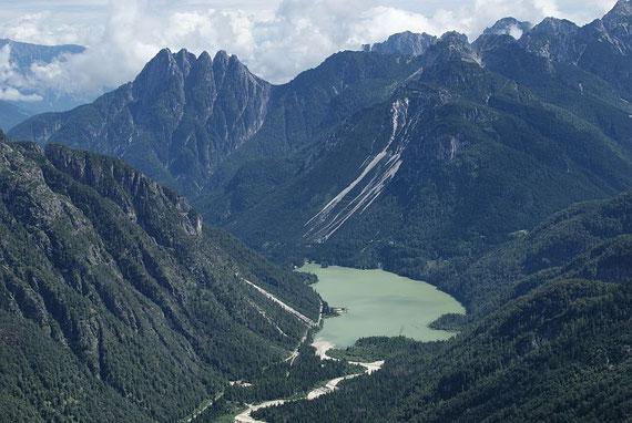 Blick hinunter zum Lago del Predil sowie den Cinque Punte und dem Sella della Malga darüber