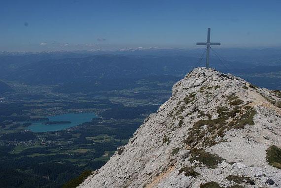 Am Gipfel mit Blick hinunter zum Faaker See