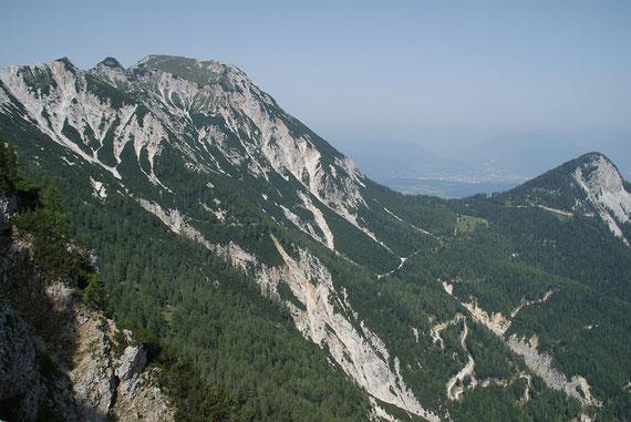 Seltener Ausblick zum Mittagskogel, rechts ist der Forstweg für den Rückanstieg erkennbar
