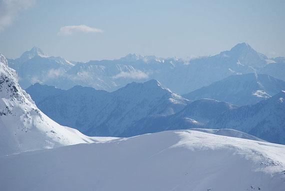 Nach Südosten reicht der Blick bis zu den Julischen Alpen (links Triglav, rechts Mangart)