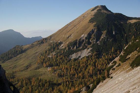 Vom Sattel zeigt sich der Kosiak mit der Klagenfurter Hütte im Vordergrund