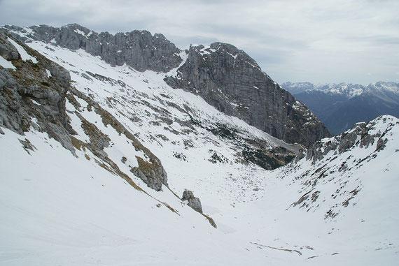 Der untere Teil, meist erfolgt die Abfahrt bis zum markanten mit Felsen durchsetzten Boden in rund 1600m