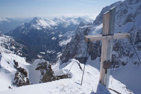 Blick vom Gipfel nach Osten, tief unten erkennt man die Valentin Alm und dahinter den Polinik