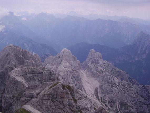 Nach Südosten hin öffnet sich die Forca del Vallone (2180m) mit den begrenzenden Felstürmen der Cima alta und piccole di Riobianco (2316m, rechts) und der Cima del Vallone (2386m, links), ganz links im Bild die Cima di Riofreddo (2507m)