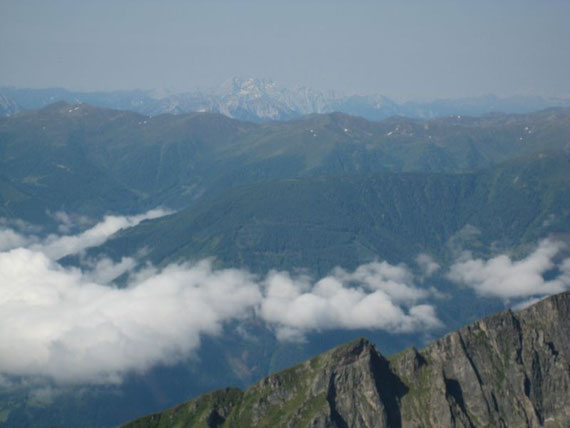 Der Gipfel ist erreicht, nach Südwesten reicht die Aussicht bis zur Kellerwand und bei guter Sicht noch darüber hinaus
