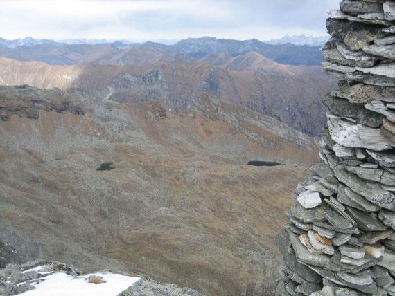 Nach Norden hin im Kessel die Lasörnseen (~2300m). Links im Hintergrund das Tennengebirge und am rechten hinteren Bildrand der Dachstein (2996m)