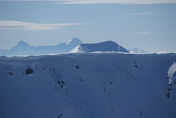 Blick nach Süden zu den Julischen  Alpen; Jalovec links und Mangart (Mitte), im Vordergrund der Doppelgipfel ist der Pfannnock und rechts daneben zeigt sich der Dobratsch