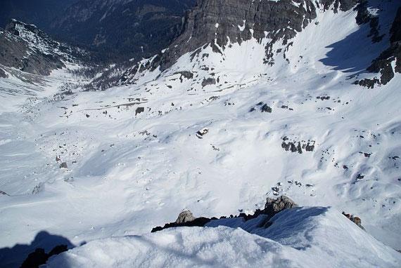Tiefblick zur Karlsbader Hütte (Bildmitte)