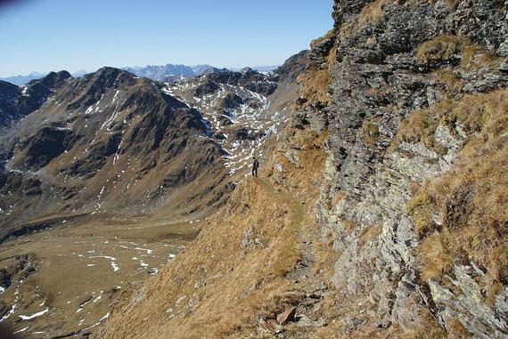 Der Wanderweg in der steilen Südflanke
