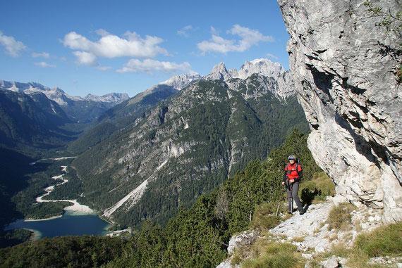Kurz darauf die herrliche Querung auf dem Felsband mit Blick hinunter zum Lago del Predil, rechts ist die Wischberggruppe zu erkennen