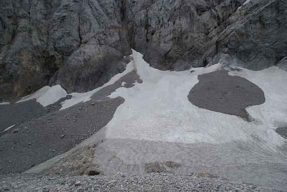 Der Blick zum höchsten Gletscherteil. Im Vordergrund ist der Eisscheitel zu sehen, wo man anhand der Färbung sehr schön die einzelnen Firnschichten erkennen kann