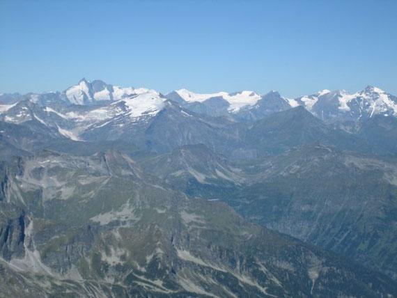 Im Westen stehen der Großglockner (3798m) sowie Sonnblick (3105m, ganz links vorm Glockner), Hocharn (3254m, rechts vom Glockner) und Großes Wiesbachhorn (3564m, ganz rechts)