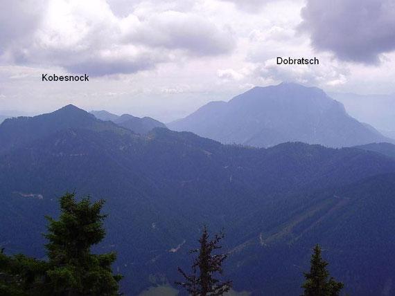 Im Osten erheben sich der Dobratsch (2167m) sowie der Kobesnock (1820m)