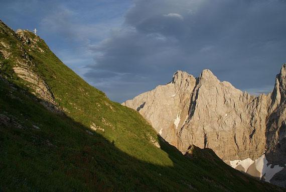 Blick zum Gipfel (links), rechts wieder die Kellerspitzen