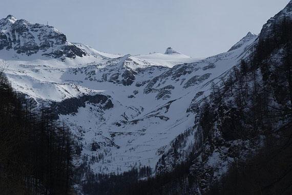 Der Sonnblick vom Alten Pocher aus. Der Aufstieg erfolgt zunächst direkt  in der Bildmitte, ehe man über den dunklen Felsen nach links und dann wieder nach rechts zieht.