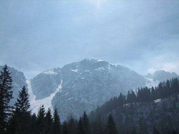 Der Hochstuhl vom Bärental aus gesehen.  Links die Johannsenrinne, rechts vom Gipfel die Grüne Ries
