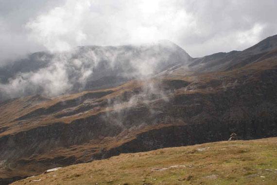 Die Nebelschwaden sorgen für spannende Stimmungen, Blick zurück nach Süden Richtung Glorer Hütte