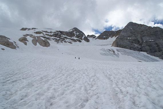 Rückblick über den Gletscher hinweg zum Gipfel (rechts der markanten Scharte)