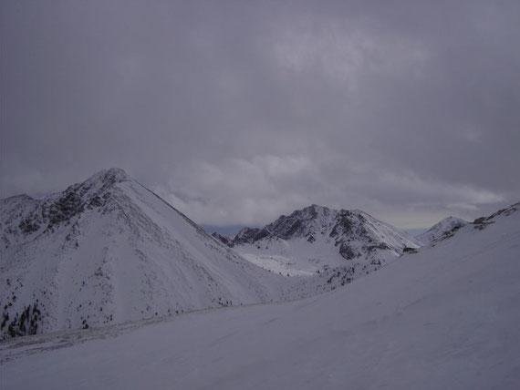 Der Blick nach Süden auf den auf das Triebener Törl (1907m), den Knaudachkogel (2227m) und den Großen Grießstein (2337m, links im Bild)