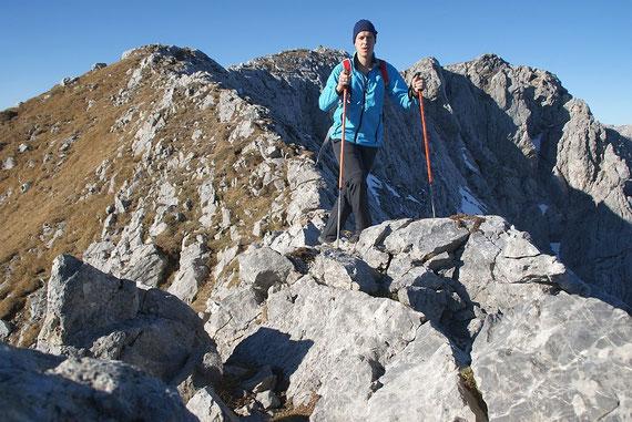 Rasch geht das Gipfelplateau in einen schmalen Grat über