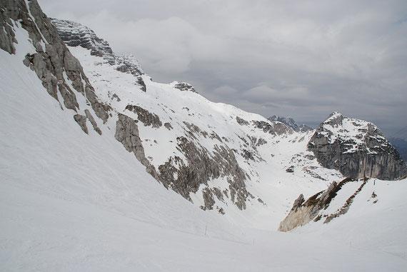 Beim Aufstieg zum Sella Prevala der Blick zurück über das Piano del Preval zum Sella Ursic (links)