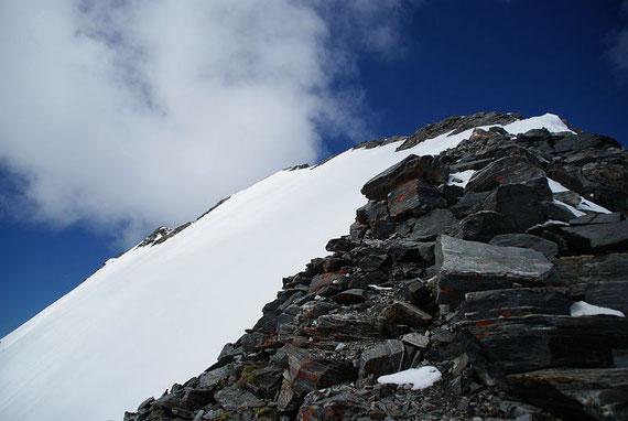 Der teils apere Gipfelgrat