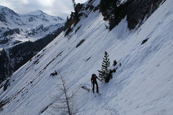 Am Ende der steilen Flanke gilt es einen sehr steilen Hang hinein in die Tresdorfer Wölla zu queren, im Hintergrund sieht man das Kreuzeck