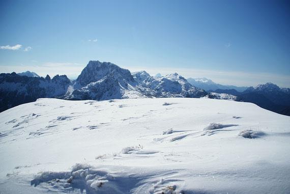 Nach Osten dominiert der Trogkofel das Blickfeld, rechts davon der Roßkofel und im Hintergrund die Julischen Alpen