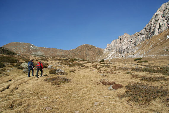 Über herrliche Almwiesen geht es aufwärts; links der Kleine Rosennock