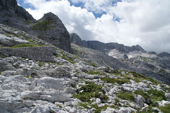 Beim Abstieg über den Kriegssteig der Blick zurück nach Südwesten zum mächtigen Kaninmassiv