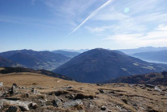Der Blick vom Gipfel aus zum Mirnock, im Hintergrund kann man die Karawanken mit dem Mittagskogel erkennen