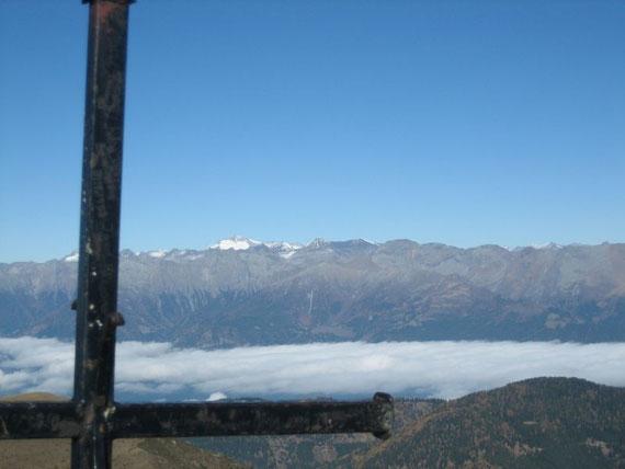 Etwas westlich davon die Königin der Tauern, die Hochalmspitze (3360m). Das Drautal im Vordergrund kämpft gerade gegen den Hochnebel