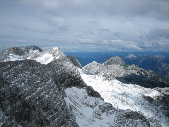 Im Westen zieht der Grat zum Kanin (2587m, links im Bild)