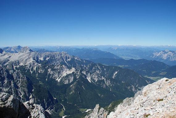 Der Blick nach Westen ist atemberaubend; Sichtweite 160km! Am inken Bildrand der Mangart, ganz hinten am Horizont die Dolomiten und die Venedigergruppe