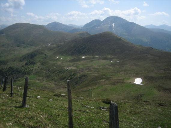 Die idyllisch gelegene Bergeralm (~1900m) mit dem Langnock und im Hintergrund der Rosennock