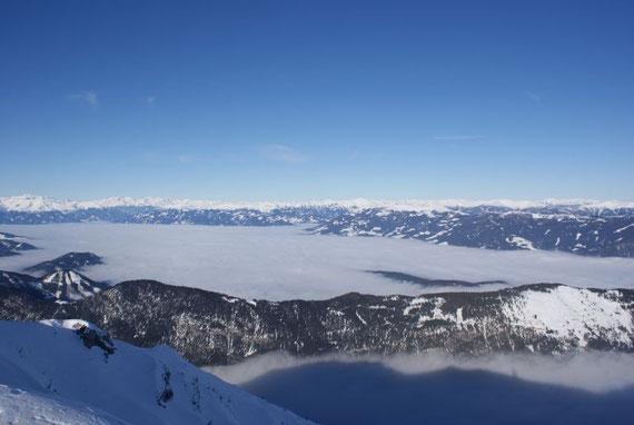 Auch über dem Drautal liegt Hochnebel, dahinter ein Bergemeer bestehend aus Tauern und Nockberge