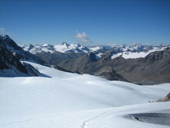 Während des Aufstiegs zum Brochkogeljoch der Blick zurück nach Süden. Links von der Wolke erhebt sich die Fineilspitze (3516m), rechts von der Wolke liegt der Schnalstaler Gletscher (Schigebiet, bereist in Südtirol)