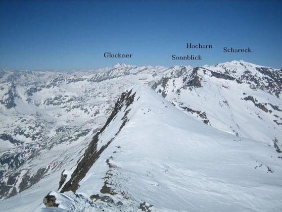 Im Westen zeigen sich Großglockner (3798m), Hoher Sonnblick (3107m), Hocharn (3254m) und das Schareck (3122m)