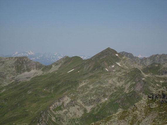 Von hier aus zeigt sich auch der Großglockner (kleine weiße Spitze rechts im Bild)