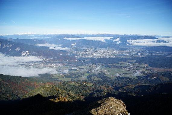 Während Klagenfurt noch unterm Hochnebel liegt, scheint in Villach schon die Sonne, im Hintergrund Hohe Tauern (links) und Nockberge (rechts)