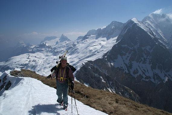 Die letzten Meter zum Gipfel, im Hintergrund rechts der Kanin, in der Bildmitte die Lopa