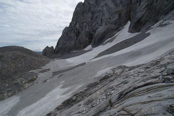Blick von Westen über den Eisscheitel, rechts im Bild der Wandfuß. Anhand der Färbung ist wieder der Unterschied Schnee (hell) und Firn (2008/09 dunkelgrau; 2009/10 hellgrau) gut ersichtlich