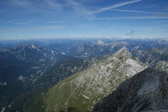 Schon am Gipfel, nach Westen hin nur Berge. Der Blick reicht bis zur Marmolada