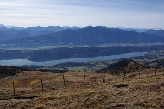 Der Blick hinunter zum Millstätter See, im Hintergrund die Latschurgruppe