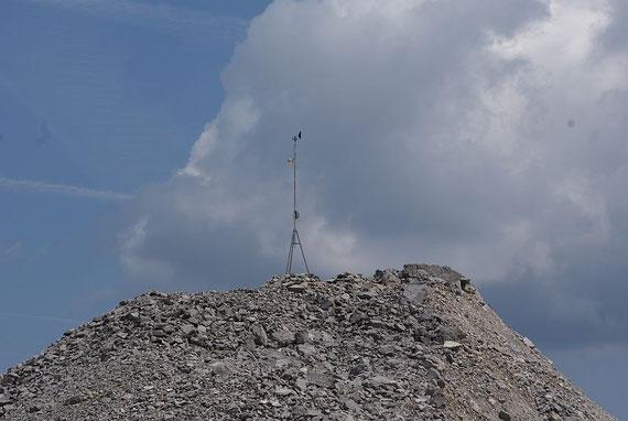 Die Messstation, oben der Windmesser, knapp darunter der Temperatursensor, oberhalb des Dreibeins der Datalogger