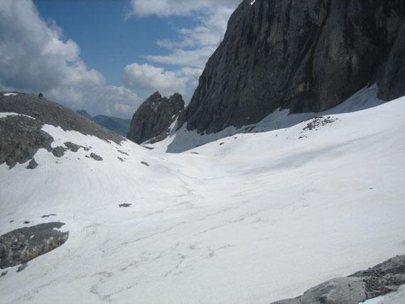 Blick von Westen zum Eisscheitel, die Schneehöhe beträgt dort etwa 4m