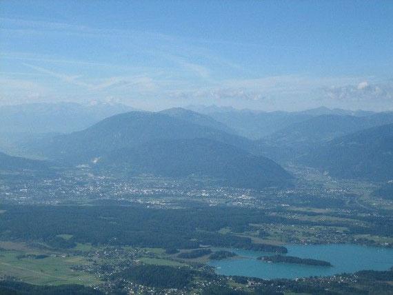 Herrlicher Weit- und Tiefblick. Der Faaker See, im Hintergrund die Hochalmspitze (3360m)